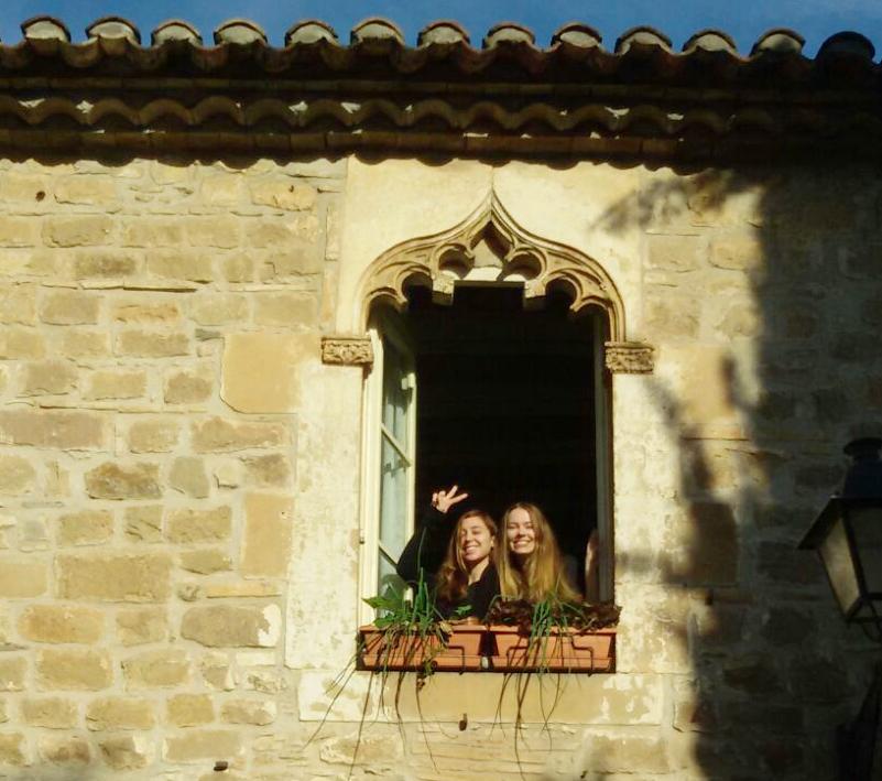 Luisa y yo, en mi ventana cultivada de cebollas y lechugas